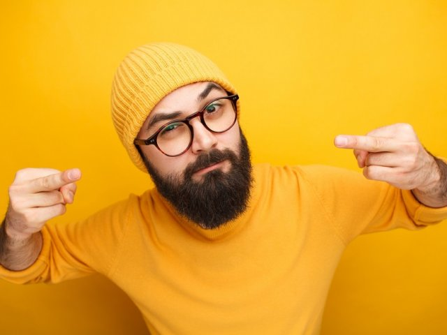 Man in yellow clothes showing middle finger